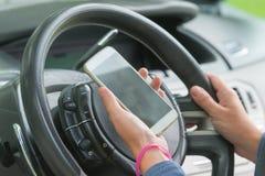 Usando o telefone ao conduzir o carro Foto de Stock