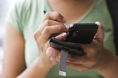 Usando o telefone de pilha Imagem de Stock Royalty Free
