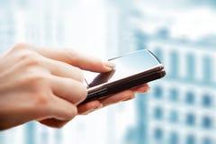 Usando o telefone esperto Fotografia de Stock