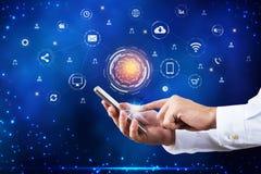 Usando o telefone esperto com ícones da aplicação fotografia de stock royalty free