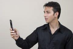Usando o telefone móvel Fotos de Stock Royalty Free