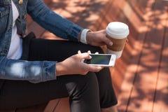 Usando o telefone para o trabalho Foto de Stock Royalty Free