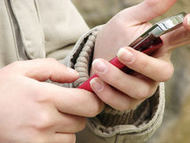 Usando o telemóvel Fotografia de Stock Royalty Free