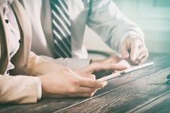 Usando o touchpad na reunião Conceitos do negócio imagem de stock royalty free