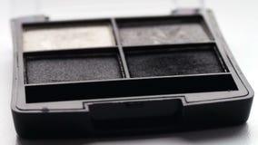 Usando a paleta da sombra para os olhos com escova, máscaras cinzentas da sombra vídeos de arquivo