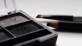 Usando a paleta da sombra para os olhos com escova, máscaras cinzentas da sombra filme