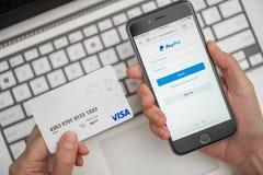 Usando Paypal y la tarjeta de crédito para las compras en línea Imágenes de archivo libres de regalías