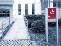 Usando rampa del sillón de ruedas Imagenes de archivo