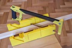Usando a serra da mão e a caixa de mitra 2 Imagem de Stock