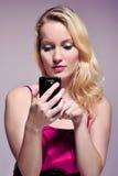 Usando Smartphone Fotografie Stock Libere da Diritti
