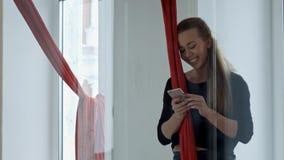 Usando smartphone después de la clase de danza del polo Foto de archivo