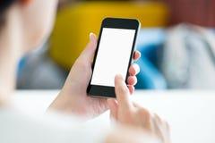 Usando smartphone moderno en oficina Imagenes de archivo