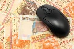 Usando soldi in linea Fotografia Stock Libera da Diritti