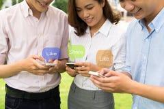 Usando telefones Imagens de Stock
