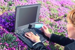 Usando um portátil e um cartão de crédito Imagem de Stock Royalty Free
