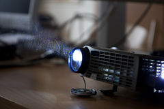 Usando um projetor Imagem de Stock Royalty Free