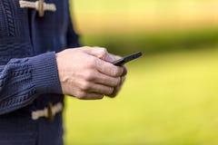 Usando um telefone móvel Foto de Stock