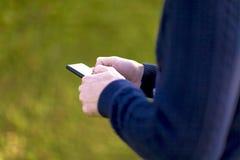 Usando um telefone móvel Fotografia de Stock Royalty Free