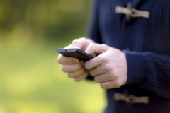 Usando um telefone móvel Fotos de Stock