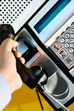 Usando um telefone público Fotos de Stock Royalty Free