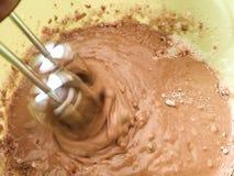 Usando uma m?quina para misturar a massa de bolo para o cozimento imagens de stock royalty free