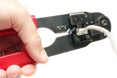 Usando un arrugador del cable Foto de archivo libre de regalías