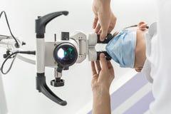 Usando un microscopio dental imagen de archivo