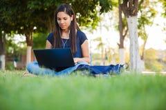 Usando un ordenador portátil al aire libre Foto de archivo