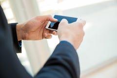 Usando un teléfono celular en el trabajo Imagenes de archivo