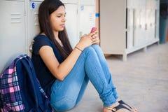 Usando un teléfono celular en la escuela Fotos de archivo