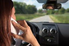 Usando un teléfono móvil mientras que conduce imagen de archivo libre de regalías