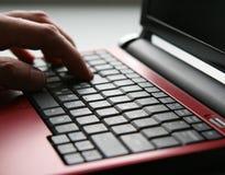 Usando una computadora portátil Imagen de archivo