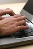 Usando una computadora portátil Fotografía de archivo libre de regalías