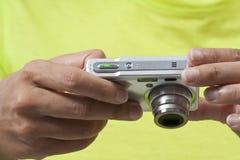 Usando una macchina fotografica digitale Fotografie Stock