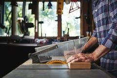 Usando una sierra de la tabla Fotografía de archivo libre de regalías