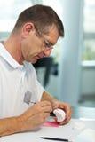 Usando una sonda sulle protesi dentarie Fotografie Stock Libere da Diritti