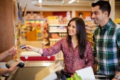 Usando una tarjeta de crédito en la tienda Foto de archivo