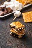 Usanze casalinghe del ` di s con i cracker, le caramelle gommosa e molle ed il cioccolato fotografia stock libera da diritti