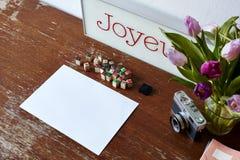 Usar-se carimba na cena com tulipas e decoração da câmera imagem de stock royalty free
