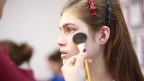Usar-se cora escova a aplicar-se cora em mordentes - funcionamento profissional do maquilhador Salão de beleza de beleza video estoque