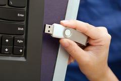 USB与病毒的棍子或USB拇指驱动接通对膝上型计算机comput 免版税库存照片
