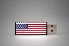 Usb与美国的国旗的闪光驱动灰色背景的 库存照片