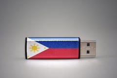 Usb与菲律宾国旗的闪光驱动灰色背景的 免版税库存照片