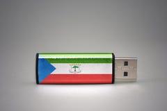 Usb与赤道几内亚国旗的闪光驱动在灰色背景的 免版税库存图片
