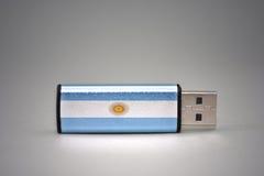Usb与阿根廷的国旗的闪光驱动灰色背景的 免版税库存照片