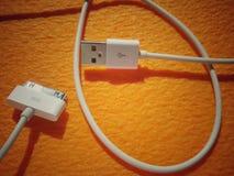 USB充电器和连接电话缆绳 免版税库存图片