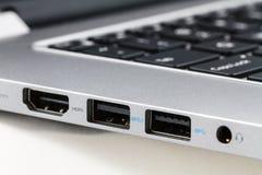 USB和HDMI在便携式计算机,特写镜头上端起 库存照片