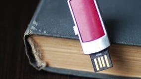 USB棍子和老葡萄酒预定宏观的页 股票视频