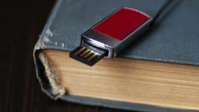 USB棍子和老葡萄酒预定宏观的页 股票录像