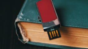 USB棍子和老葡萄酒预定宏观的页 影视素材